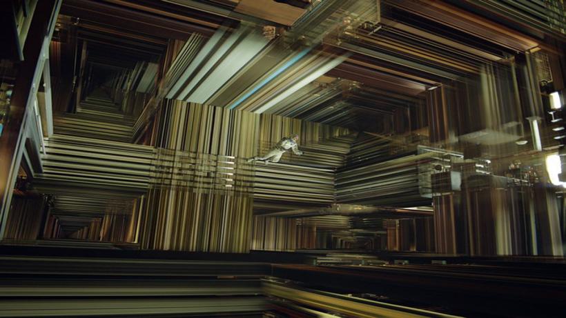 Frame di Interstellar, dove il protagonista cerca di comunicare con sua figlia da un'altra dimensione spazio-temporale.