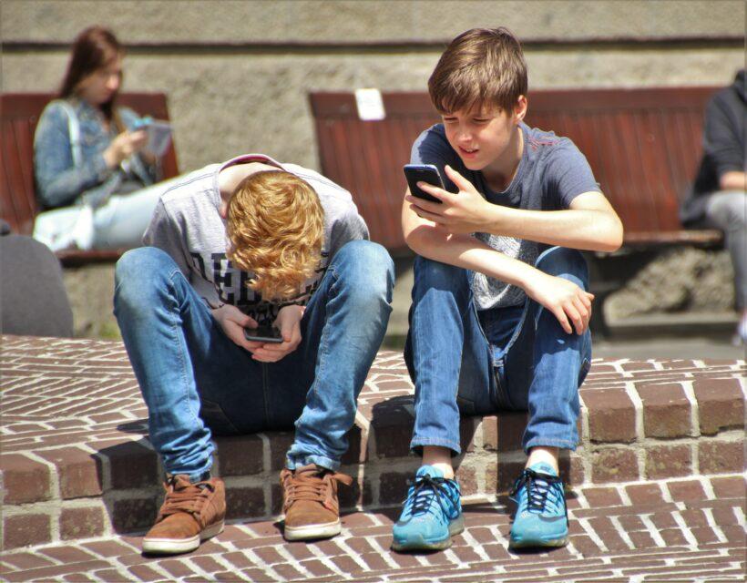 bambini al cellulare